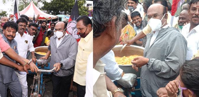 வட சென்னை மக்களின் பசியை போக்கிய அமைச்சர் ஜெயக்குமார்!